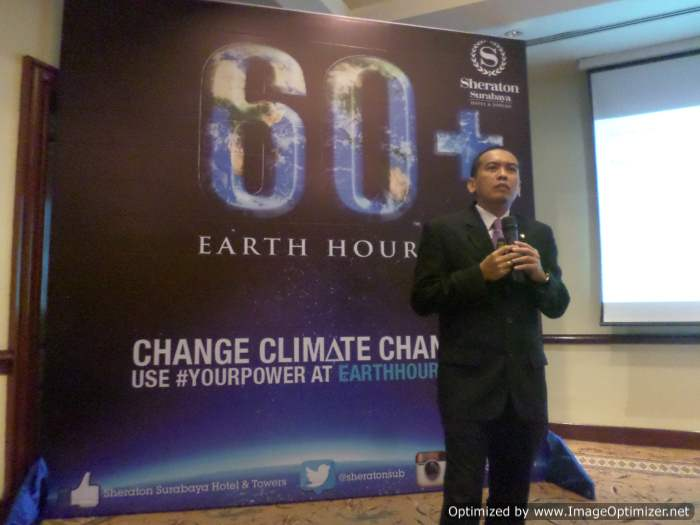 Pak Noviadi dan Backdrop logi Earth Hour 60+