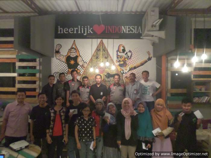 Peserta Blogger Meet Up, Tim Green Metro Car, dan Kru Heerlijk Cafe dalam sesi foto bersama